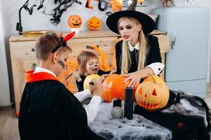 preparativos familiares para la fiesta de halloween. imagen conceptual foto