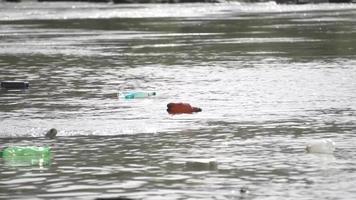 Müll am Flussufer - Müll am Flussufer video