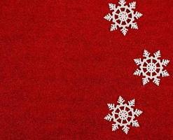 Fondo rojo de Navidad con copos de nieve. foto