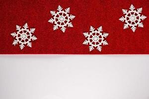 Fondo de adornos de adornos de Navidad rojo clásico con copos de nieve de brillo horizontal. foto