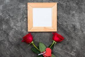 celebrar el día de san valentín. rosas rojas, signo de corazón, sobre fondo gris, vista superior, espacio de copia foto