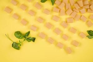 el fondo amarillo muestra pasta italiana, albahaca. concepto de cocina italiana. foto