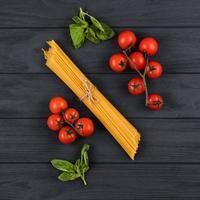 tomates, albahaca, espaguetis. vista superior. concepto de cocina italiana. foto