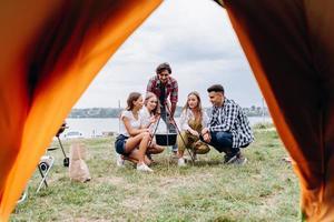 una compañía de amigos descansa en el camping foto