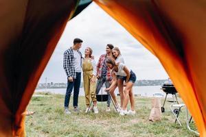una compañía de amigos se divierte en el campamento foto