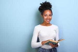 estudiante mujer mulata con libro en la mano y estudio. De vuelta a la escuela . - imagen foto