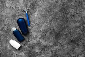 Los productos para el cuidado de los hombres se presentan sobre un fondo gris. foto