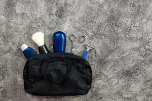 bolsa de cosméticos para hombres con antitranspirante, navaja, tijeras, brocha de afeitar. foto
