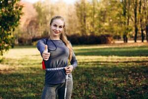 Mujer joven sentirse feliz midiendo su cintura después del entrenamiento foto