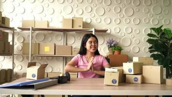 Proprietário de empresa mulher asiática trabalhando em casa - conceito de compra online video