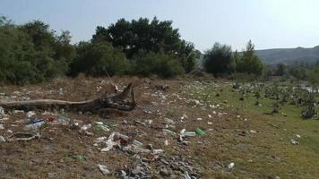 Riverside basurero - basura en la orilla del río video