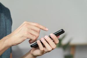 Primer plano de un hombre feliz usando un teléfono inteligente, búsqueda, navegación, redes sociales, mensaje, correo electrónico, marketing digital en Internet, compras en línea. foto