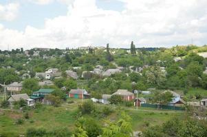 Panorama de la pequeña ciudad con río y casas. foto