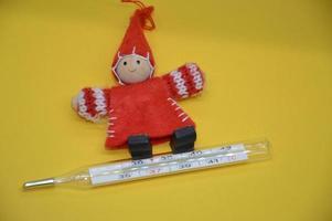 medición de la temperatura corporal para niños con enfermedades foto
