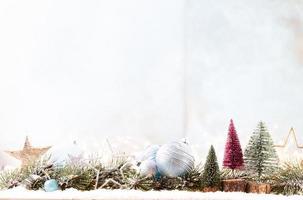 adorno de navidad con luces de cadena sobre fondo azul. foto