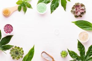 Fondo de spa con bio cosmética hecha a mano y composición de cactus, endecha plana, espacio para un texto - imagen. foto