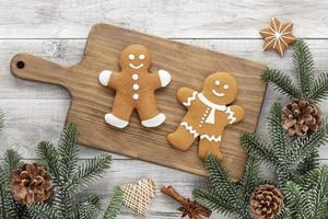 Galletas de jengibre de Navidad caseras en mesa de madera. foto