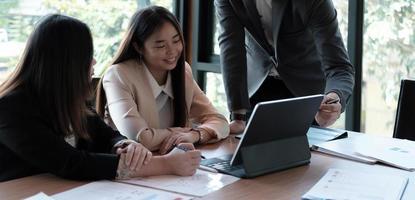 Gente de negocios reunión concepto corporativo de discusión de conferencia con colega en gráfico de video, discutiendo el informe financiero de su empresa. foto