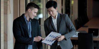 Gente de negocios reunida para discutir la situación del mercado en la oficina. foto