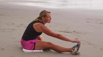 mujer estirando y preparándose para correr. filmado en rojo épico para una resolución de alta calidad de 4k, uhd, ultra hd. video