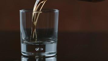 le whisky est versé dans du verre au ralenti tourné sur un flex fantôme 4k à 1000 fps video