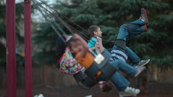 bambini che oscillano al rallentatore girati su phantom flex 4k a 500 fps video