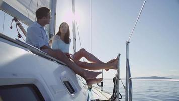 pareja joven relajarse juntos en velero. filmado en rojo épico para una resolución de alta calidad de 4k, uhd, ultra hd. video