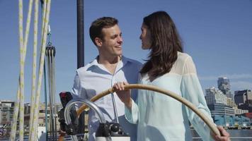 pareja joven en velero juntos. filmado en rojo épico para una resolución de alta calidad de 4k, uhd, ultra hd. video