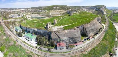 Vista aérea del monasterio de la santa dormición de bakhchisarai, crimea. foto