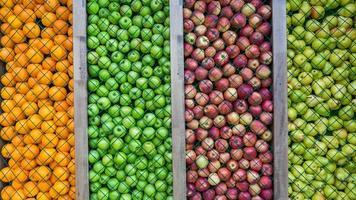 fondo naranja, pera, manzana verde y roja, decoración, instalación. foto