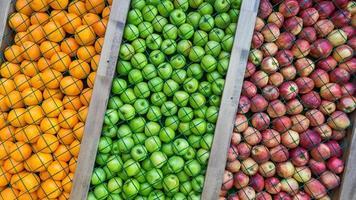 Fondo de manzana naranja, verde y roja, decoración, instalación. foto