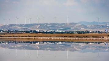 lago salado de larnaca con molinos de viento en el fondo, chipre. foto