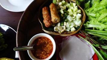 gros plan 250 fps au ralenti enveloppements de boulettes de viande vietnamiennes ou ban hoi avec pan shot. video