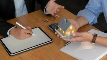 The broker recommends real estate insurance packages to clients. photo