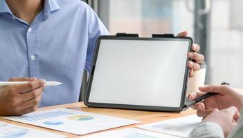 los empleados utilizan la tableta para presentar nuevos proyectos. foto