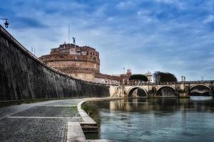 puente de castel st. angelo del río tíber. Roma, Italia foto