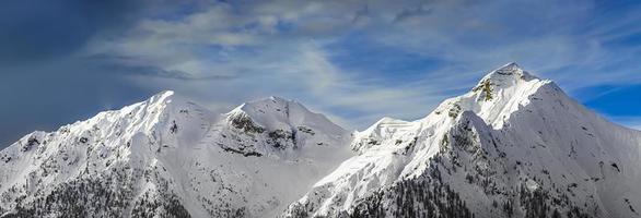 cadena de montañas en el invierno foto