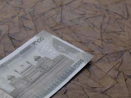 Billete indio de 500 rupias en la superficie marrón foto