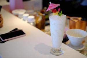 Cóctel alcohólico clásico cosmpolitan con vodka sobre la mesa foto