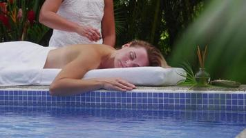 la donna riceve un trattamento con pietre calde presso la spa, in costa rica. girato in rosso epico per una risoluzione 4k, uhd, ultra hd di alta qualità. video