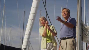 seniorpar på segelbåt tillsammans. sköt på röd epik för högkvalitativ 4k, uhd, ultrahd -upplösning. video