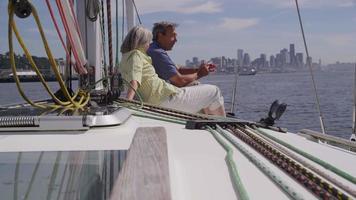 seniorpar som kopplar av på segelbåt tillsammans. sköt på röd epik för högkvalitativ 4k, uhd, ultrahd -upplösning. video