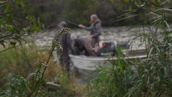 se preparando para ir pescar video