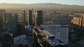 las vegas, nevada, usa - 26 november, 2014 flygfoto över las vegas strip vid solnedgången video
