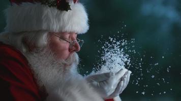Kerstman blaast sneeuw uit handen in slow motion, phantom flex 4k video