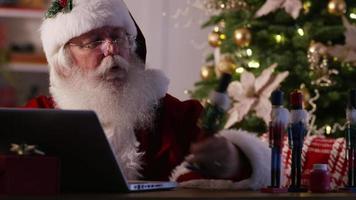 babbo natale in officina utilizzando il computer portatile video