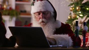 jultomten i verkstaden med bärbar dator och mobiltelefon video