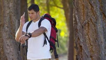uomo all'aperto durante un'escursione parla al telefono video