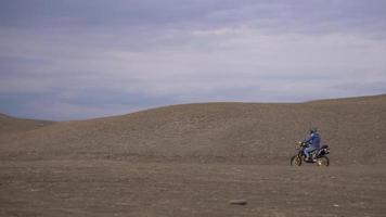 een motorrijder op een motor op een berg video