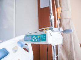 equipo médico al lado de la cama en el hospital, solución salina en el cuerpo para tratamiento. foto